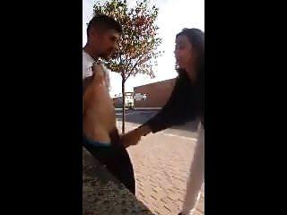 девушка играет с бездомным чуваком