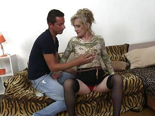 запретный секс со зрелой мамой янкой и молодым парнем