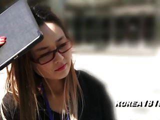 Korea1818.com встревоженная корейская девушка в очках