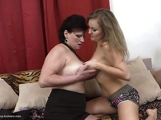 мама и дочка пробуют лесбийский секс