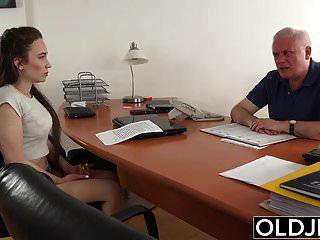 молодую девушку трахает старик в офисе глубокий минет