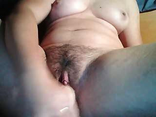 девушка с волосатой киской мастурбирует и сквиртит