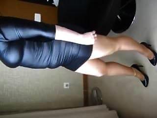 жена в кожаном платье колготки и на каблуках