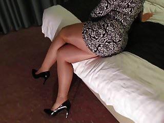 горячая жена в блестящих колготках и каблуках