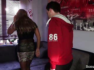 Немецкая мамаша соблазняет незнакомца, чтобы трахаться с Scout69