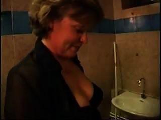 русская мамаша занимается сексом в туалете