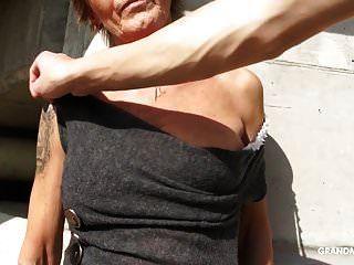 горячая татуированная бабушка любит делать минет