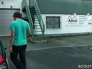 немецкий молодой с большой грудью трахает пожилых мужчин на помощь