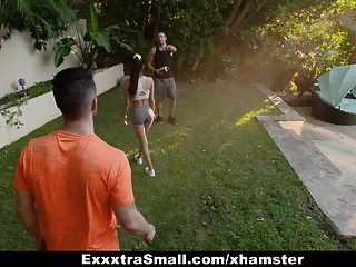 Exxxtrasmall милая маленькая девушка трахнута двумя огромными членами