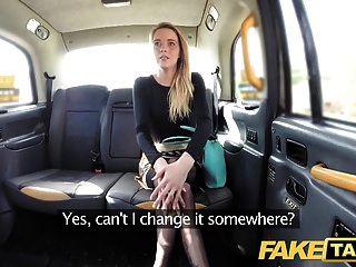 Поддельное такси, сексуальная голландская леди с короткой юбкой и чулками