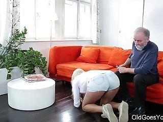 старая идет молодая милая блондинка приходит к своей старой учительнице