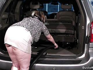 мужчина трахает грудастых работниц в машине
