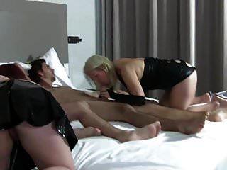 мамаша и младший сосут и трахаются с двумя мужиками в черном латексе