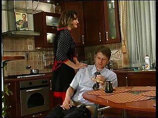 Русская зрелая Кристи трахается на кухне