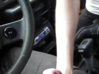 она сосет его член в машине и глотает его сперму