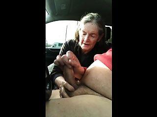 бабушка сосет в машине