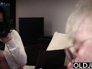 старые молодые порно секси трахает старика на диване