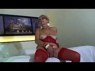 сексуальная бабушка в красном белье мастурбирует в постели