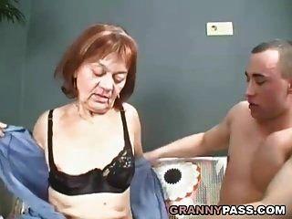 волосатая бабуля наполняет свою киску молодым членом