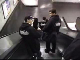 2 человек и 1 вау втроем в метро
