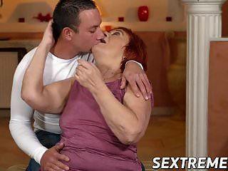 Бабушка любит ездить на молодом жестком члене в позе скотницы