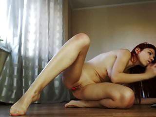 горячая и сексуальная рыжая с большими сиськами против дилдо на камеру