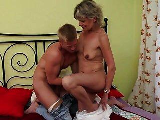 сексуальная блондинка бабушка трахается с молодым парнем
