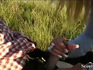 Немецкий любитель с большими сиськами трахается на улице с незнакомцем
