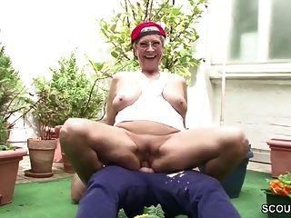 бабуля соблазняет немецкого парня трахаться в саду