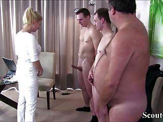 Немецкая мамаша трахается с 3 незнакомцами по шаблону