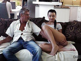 Daddy4k. папа трахает твою подругу пока ты играешь