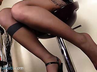 светлые ноги в колготках и на платформе