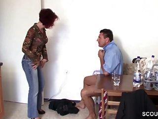 незнакомец соблазнил немецкую рыжую мамочку трахнуть за небольшую помощь