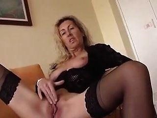 зрелая женщина мастурбирует
