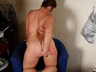 зрелая шлюха-мама шлепает попкой и кормящей киской