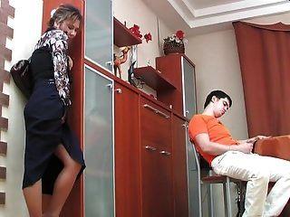 русская зрелая шенития поймала мальчика мастурбирует