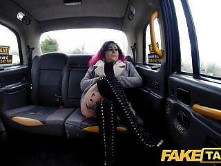 фальшивое такси с татуированной телкой хочет, чтобы таксисты толстый член в ее киску