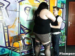 великолепная толстушка Домина получает киску