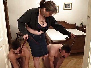 властная бабушка и ее двое молодых домашних рабов