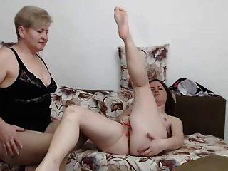 семейная мама мамочек помогает в постели