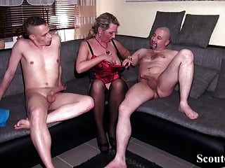 папа и пасынок трахают немецкую мамочку в жестком тройничке