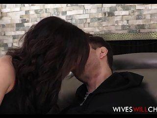 Горячая изменяющая жена трахается в задницу лучшим другом мужа