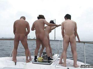 групповой трах на лодке с красивыми грудастыми азиатскими сучками