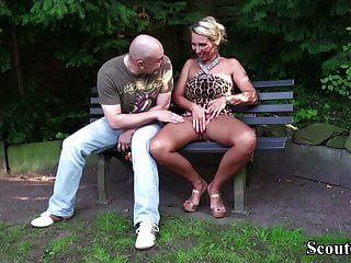 Немецкая мамаша с большими сиськами соблазняет незнакомца трахаться в парке