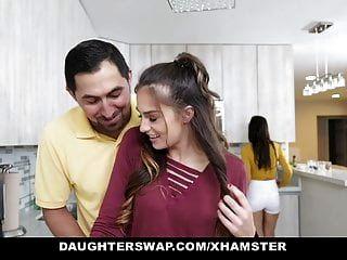 Daughterswap роговой подросток блондинки трахают друг друга пап