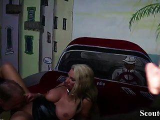 Немецкая мама Дженни трахается с двумя незнакомцами в свингер клубе