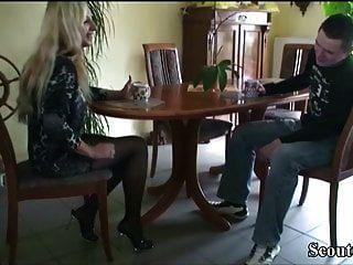 Немецкая мамаша соблазняет 18-летнего сына от соседа, чтобы трахаться