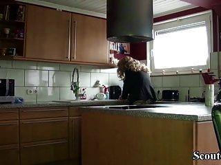 немецкая мамаша с большими натуральными сиськами соблазняет на трах соседку