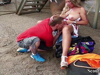 Немецкая мамаша с большими сиськами Дженни соблазняет молодого парня трахаться на улице