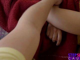 Stepbslingscought Камминг внутри моей пасынки во время фильма!